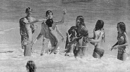 Punahou74 classmates frolic at their freshman picnic. (Ka Punahou photo)